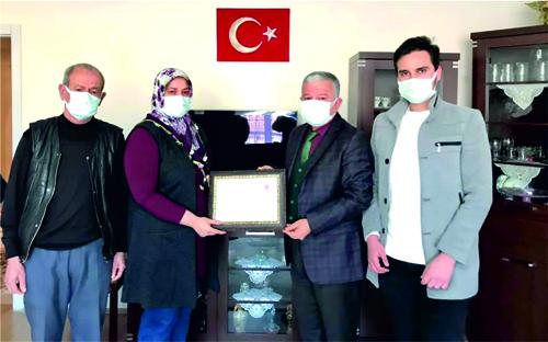 Develi Kaymakamı Murat Duru'dan Polis Ailesine Ziyaret ve Üstün Başarı Belgesi Takdimi